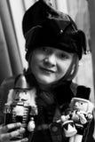 Kleines Mädchen mit Elfenhut und -c$halten des träumerischen Ausdrucks tragendem von hölzernen Nussknackersoldaten stockbilder