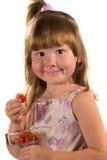 Kleines Mädchen mit Erdbeeren lizenzfreies stockbild