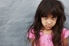Kleines Mädchen mit ernstem Ausdruck Stockfotos