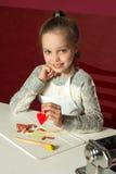 Kleines Mädchen mit farbigen Lehmfigürchen lizenzfreie stockfotos