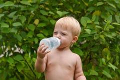 kleines Mädchen mit Flaschenwasser Stockbilder