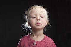 Kleines Mädchen mit Fliege auf ihrer Wekzeugspritze Stockfotos