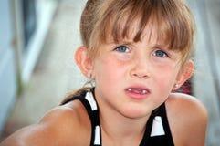 Kleines Mädchen mit fragenblick Stockbilder