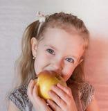 Kleines Mädchen mit Frucht Stockfoto