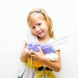 Kleines Mädchen mit Garn stockfoto
