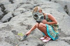 Kleines Mädchen mit Gasmaske Stockfotos