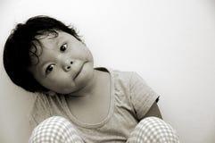 Kleines Mädchen mit gekipptem Hauptsideway lizenzfreie stockbilder