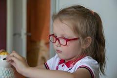 Kleines Mädchen mit Geldkasten stockfotografie