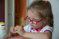 Kleines Mädchen mit Geldkasten lizenzfreie stockfotos
