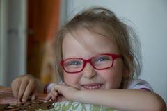 Kleines Mädchen mit Geldkasten stockbild