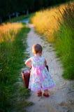 Kleines Mädchen mit Gepäck Stockfoto