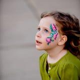 Kleines Mädchen mit Gesichts-Farbe Lizenzfreies Stockfoto