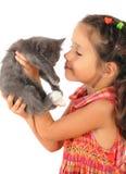 Kleines Mädchen mit grauer Miezekatze in den Händen Lizenzfreies Stockbild