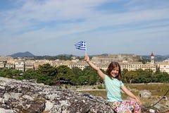 Kleines Mädchen mit griechischer Flagge Korfu-Stadt Griechenland Lizenzfreies Stockbild