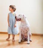 Kleines Mädchen mit großem weißem Hund stockbild