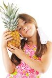 Kleines Mädchen mit großer Ananas Stockfotografie