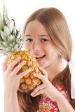Kleines Mädchen mit großer Ananas Stockfoto