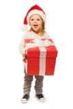Kleines Mädchen mit großer Geschenkbox und Sankt-Hut Stockfotografie