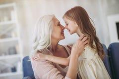 Kleines Mädchen mit Großmutter stockbild
