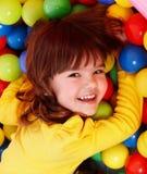 Kleines Mädchen mit Gruppenkugel. Stockbild