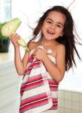 Kleines Mädchen mit hairdryer lizenzfreies stockfoto