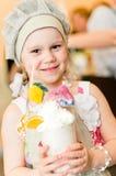 Kleines Mädchen mit handgemachtem Cocktail Lizenzfreies Stockfoto