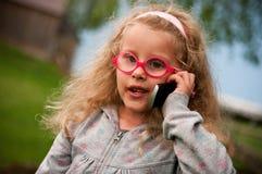 Kleines Mädchen mit Handy Stockfotografie