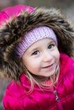 kleines Mädchen mit Haube Stockbilder