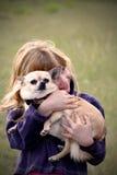 Kleines Mädchen mit Haustier Chihuahua lizenzfreies stockfoto