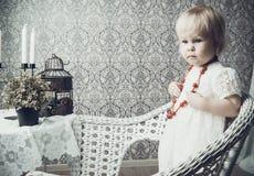 Kleines Mädchen mit hellem rotem Schmuck Stockfoto