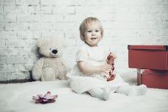 Kleines Mädchen mit hellem rotem Schmuck Stockbilder