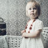 Kleines Mädchen mit hellem rotem Schmuck Lizenzfreies Stockbild