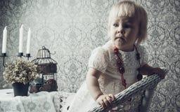 Kleines Mädchen mit hellem rotem Schmuck Lizenzfreie Stockfotografie