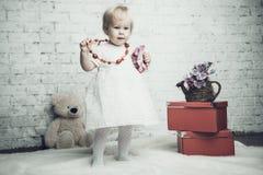 Kleines Mädchen mit hellem rotem Schmuck Stockbild