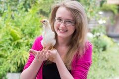 Kleines Mädchen mit Huhn lizenzfreie stockbilder
