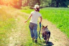 Kleines Mädchen mit Hund Lizenzfreie Stockfotos