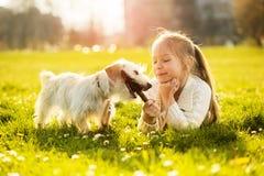 Kleines Mädchen mit ihrem Hündchen lizenzfreies stockbild