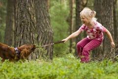 Kleines Mädchen mit ihrem Hund Stockfoto