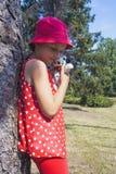 Kleines Mädchen mit ihrem Hund Energie der Freundschaft der Kinder und der Hunde lizenzfreie stockbilder