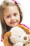 Kleines Mädchen mit ihrem Hundespielzeug Lizenzfreies Stockfoto