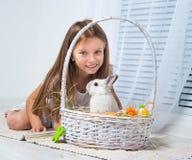 Kleines Mädchen mit ihrem Kaninchen Stockbild