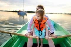 Kleines Mädchen mit ihrem Vater auf einem Boot Stockbild