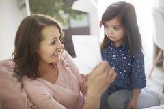 Kleines Mädchen mit ihrer Mamma lizenzfreies stockbild