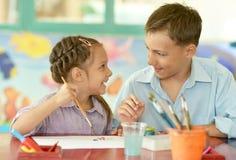 Kleines Mädchen mit Jungenzeichnung Lizenzfreies Stockbild