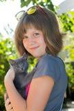 Kleines Mädchen mit Kätzchen stockfotos