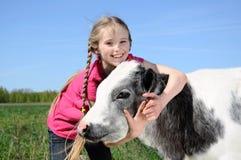 kleines Mädchen mit Kalb Lizenzfreies Stockfoto