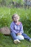 Kleines Mädchen mit Kaninchen 2 Stockfoto
