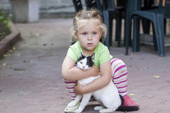 Kleines Mädchen mit Katze Lizenzfreies Stockfoto