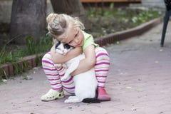Kleines Mädchen mit Katze Stockfotos