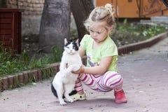 Kleines Mädchen mit Katze Lizenzfreie Stockfotos